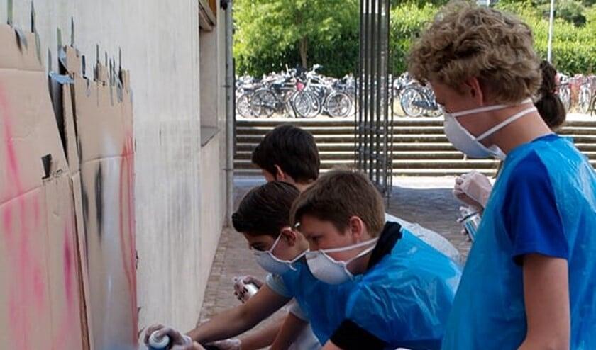 Jongeren kunnen onder andere een workshop graffiti volgen.