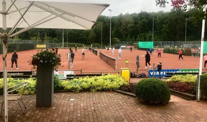 Een vol tennispark tijdens de introductiedag van de Zomerchallenge.
