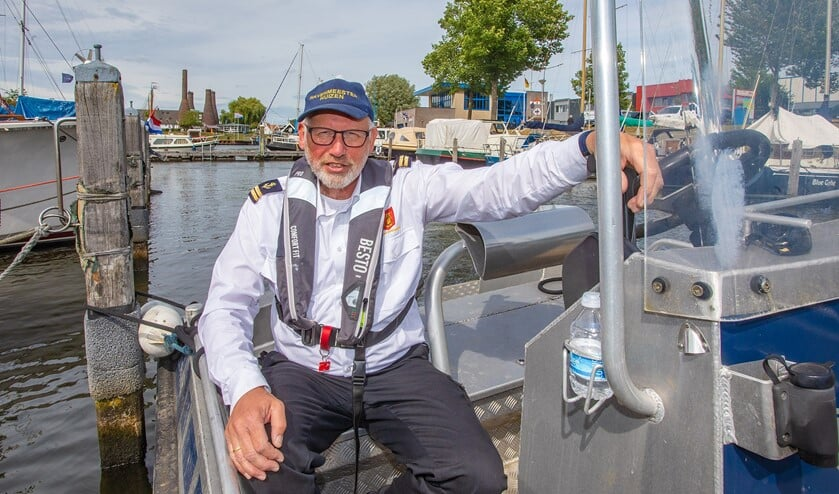 Havenmeester Dick van Veldhuizen op de boot in de gemeentehaven van Huizen.