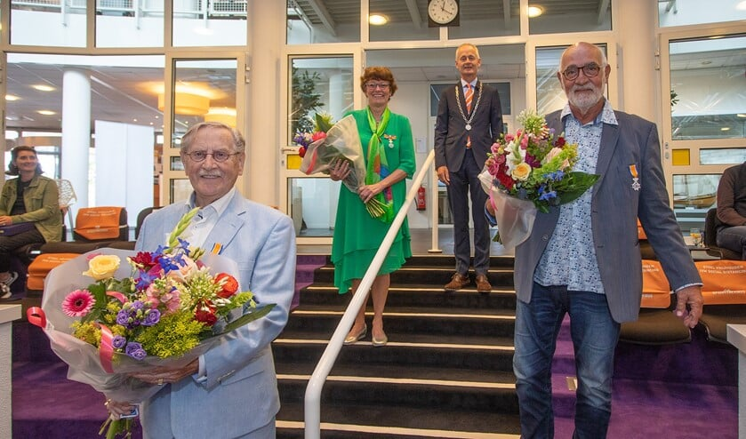 Van links naar rechts: Harry Wellink, Fijda van der Pluijm-Westland, burgemeester Niek Meijer en Cees Alders.