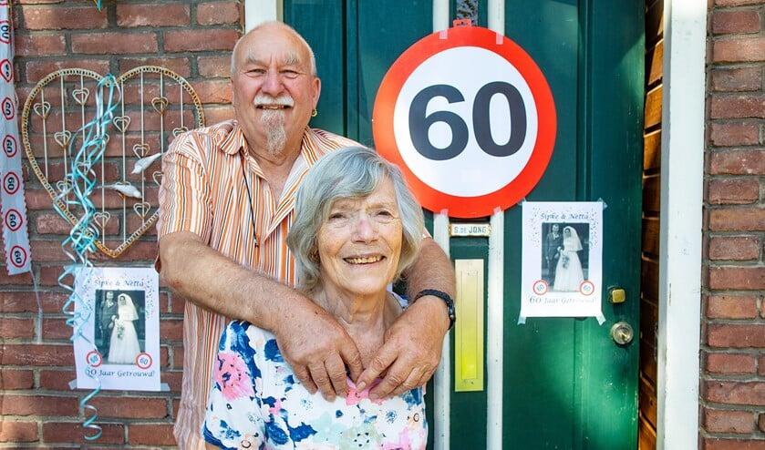 <p>Sipke en Netta bij hun versierde huis.</p>