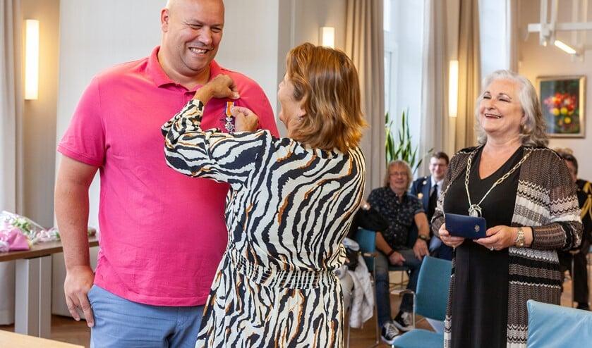 Vanwege het coronavirus speldde niet de burgemeester het lintje op, maar zijn vrouw.