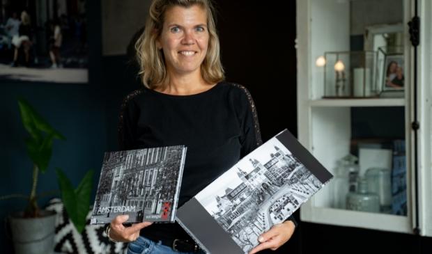 Maaike Westerbeek toont haar fotoboek.
