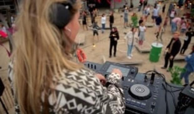 <p>Een dj draait muziek op een speciaal ingerichte dansarena. &nbsp; &nbsp;</p>