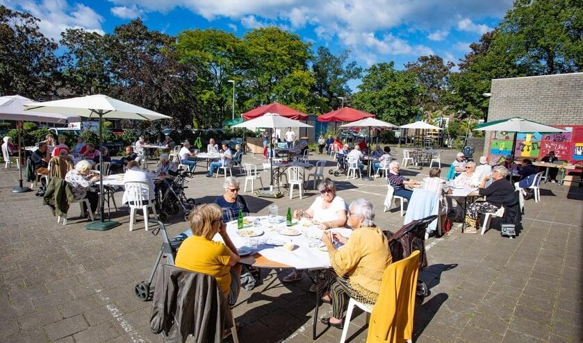 Op veilige afstand konden 80 gasten genieten van de gezellige barbecue van Versa Welzijn.