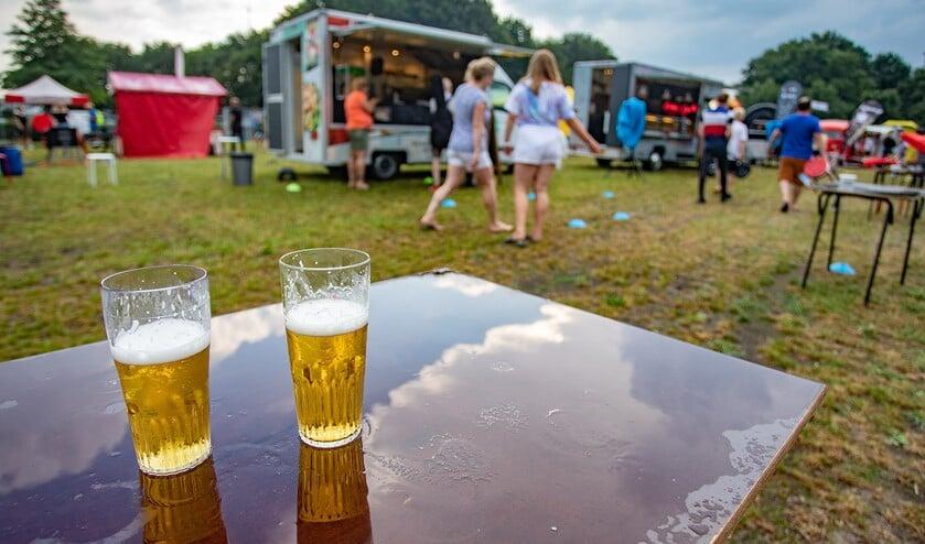 <p>Twee verlaten biertjes van gasten die snel onderdak hadden gezocht toen de wolkbreuk losbarstte.</p>
