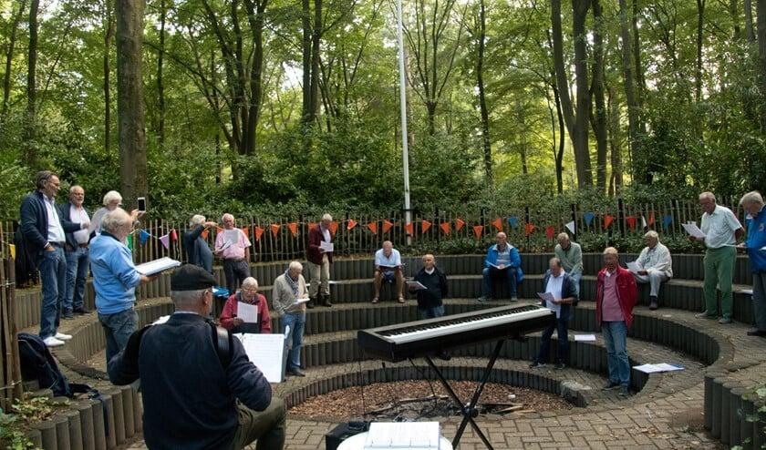 <p>Buiten, midden in het bos bij Scouting Raboes, konden de leden van het koor zingen met inachtneming van de coronaregels.</p>