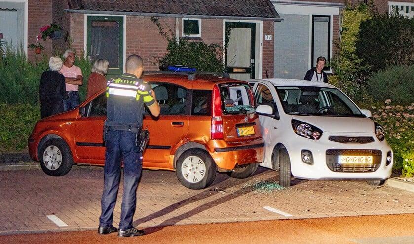 <p>De oranje geparkeerde auto werd geraakt en kwam vervolgens tegen de witte geparkeerde auto aan.</p>