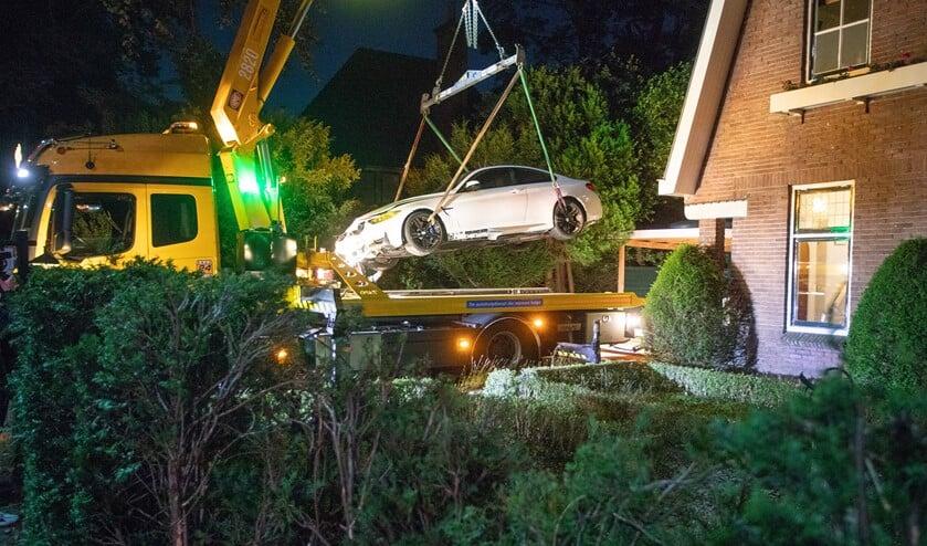 <p>De auto wordt uit de tuin getakeld.</p>