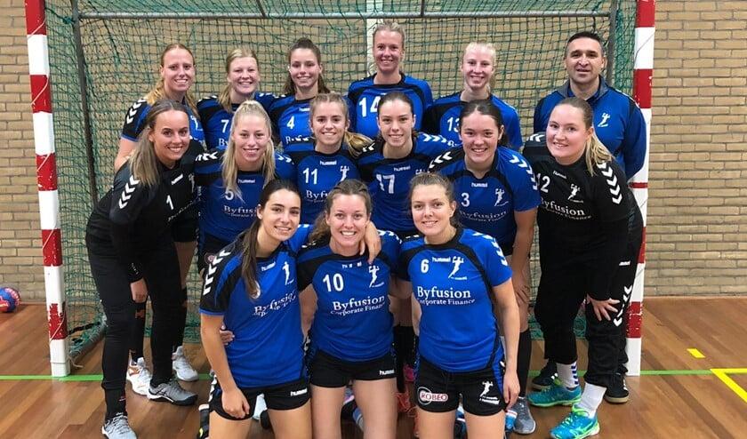 <p>De selectie van Dames 1 van SV Zeeburg.</p>