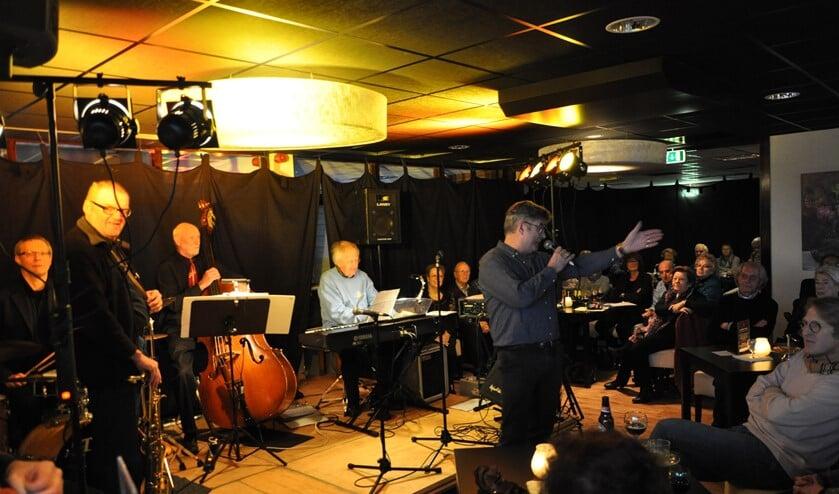 <p>Paul Molenkamp verwelkomt in betere tijden de bezoekers van het Blaercom Jazz Caf&eacute;.</p>