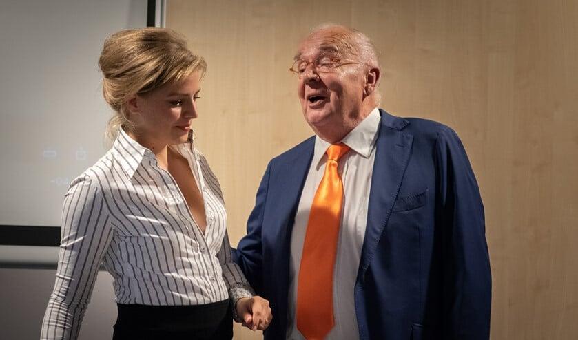 Nyncke Bergman als ambtenaar en Rob van de Meeberg als oud-burgemeester Fons Hertog.