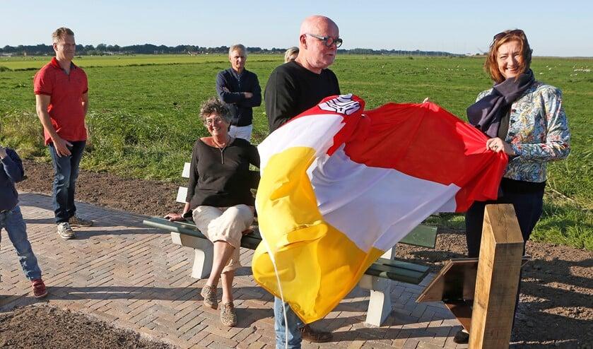 <p>Gerard Wortel en wethouder Wilma de Boer-Leijsma onthullen het plateau.</p>