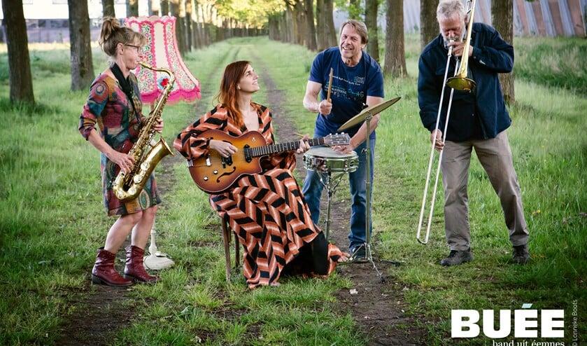 De Band Uit Eemnes zorgt voor een vrolijke noot op de avond.