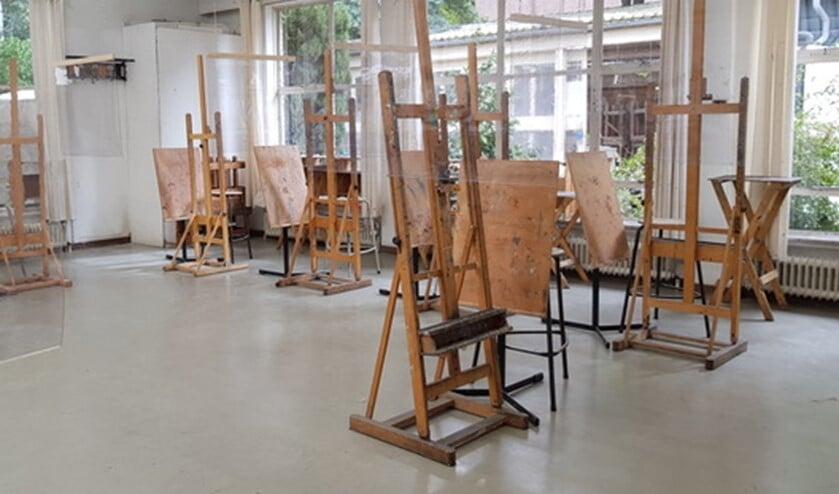 Kuchschermen tussen de schildersezels, zodat er gewerkt kan worden met inachtneming van de coronamaatregelen.