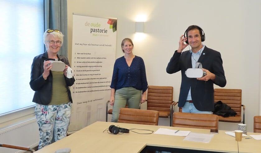 <p>Atie Vos-Tabak (l), Toos Munneke en wethouder Maarten Hoelscher.</p>