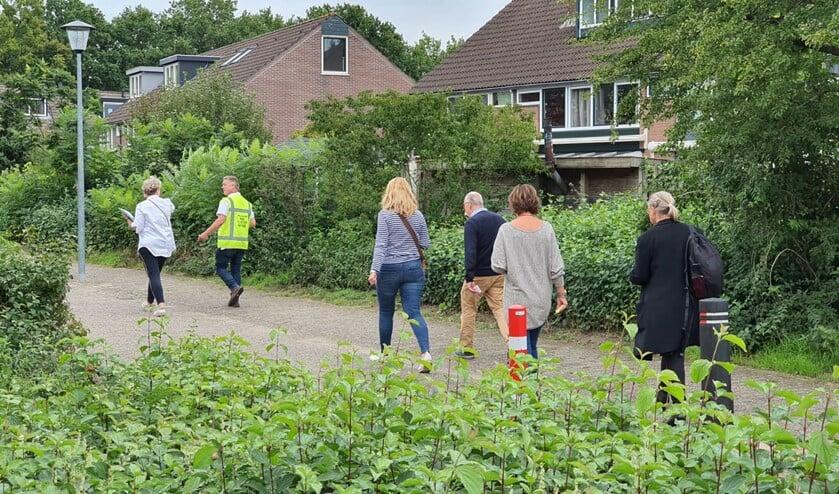 <p>In kleine groepen wandelden wijkbewoners door de Bijvanck.</p>
