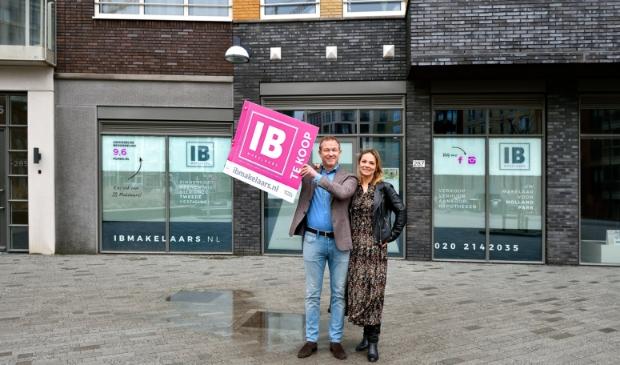 <p>Marvin van Rijn en Kim Bohnenn voor de tweede vestiging van IB Makelaars.</p>