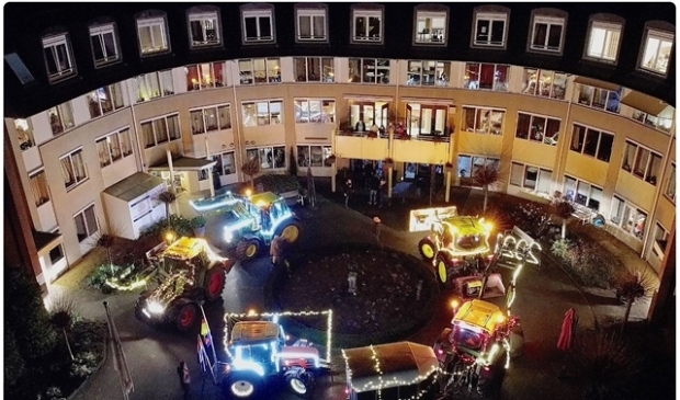 <p>De lichtjestour van de boeren uit Eemnes ging ook naar de Torenhof in Blaricum.</p>