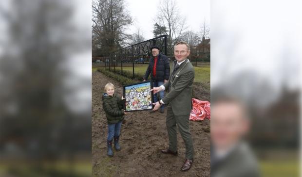 <p>De 6-jarige Hugo van Acker overhandigde een schilderij aan burgemeester Mol.</p>
