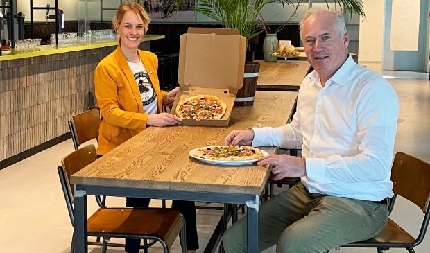 <p>Lydia Baloe en Olaf Swinarski, oprichter van RightSupply, genieten van de heerlijke pizza&#39;s.</p>