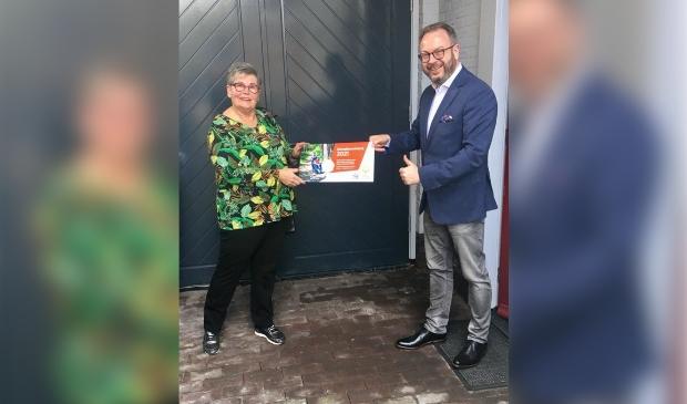 <p>De burgemeester koopt het eerste lot van de Zonnebloem.</p>
