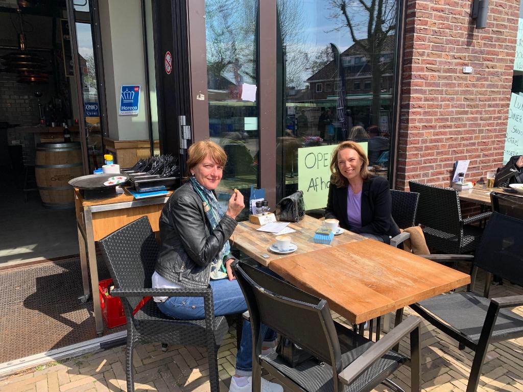 <p>Deze dames hebben het naar hun zin op het terras Grand Caf&eacute; Cheers.</p>  © Enter Media