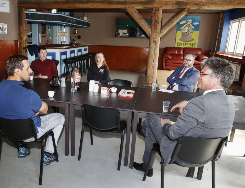 <p>Commissaris van de Koning Hans Oosters (r) op bezoek bij de Katholieke Plattelands Jongeren.</p>