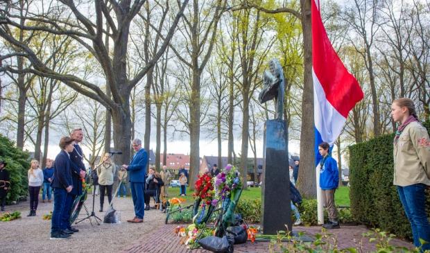 <p>Burgemeester Nanning Mol bij de kranslegging op de Brink in Laren.</p>