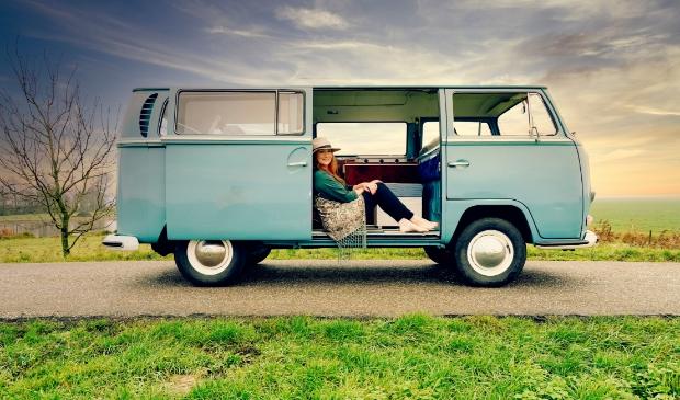 <p>Kim Pootjes met haar bus in de Eemnesser polder.</p>