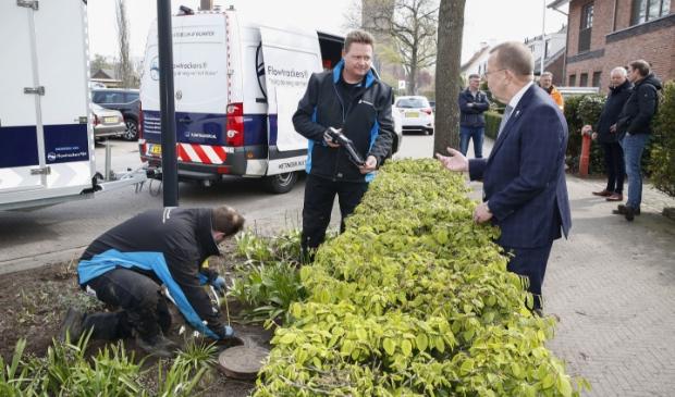 <p><em>Wethouder Theo Reijn neemt een kijkje bij de onderzoeken naar het drainagesysteem.</em></p>