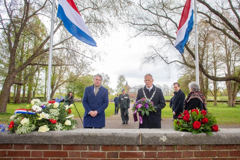 <p>Burgemeester Ter Heegde en wethouder Schimmel stonden vanmiddag stil bij het herdenkingsmonument aan de Burgemeester van Wettumweg in Naarden.</p> <p>Foto: © Bob Awick</p> © Enter Media