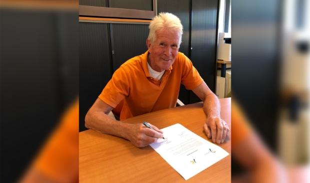 <p>Voorzitter van Kringloopcentrum Eemnes-Huizen ondertekent de intentieverklaring. </p>