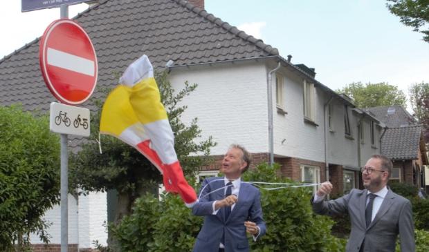 <p>Burgemeester Van Benthem van Eemnes onthulde het eerste nieuwe straatnaambord samen met burgemeester R&ouml;ell van Baarn. </p>