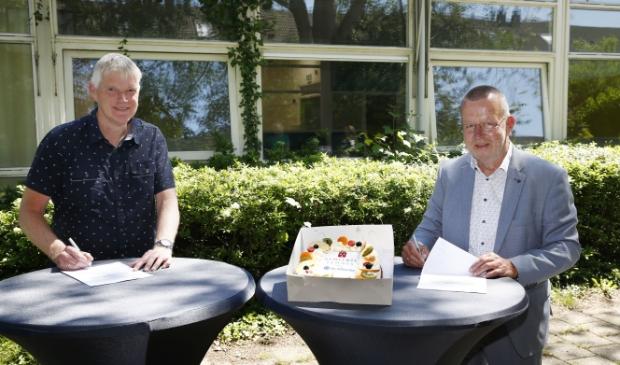 <p>Theo Reijn en Jan van Barneveld ondertekenen koopovereenkomst op de plek van de voormalige basisschool De Hink Stap Sprong in Eemnes.&nbsp;</p>