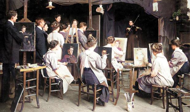 <p>Jan Voerman Jr. (staande links) tijdens een schilderklas op de Academie der Kunsten in Amsterdam in 1913.</p>