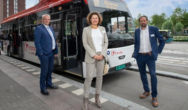 <p>Gedeputeerde van de Provincie Noord-Holland Jeroen Olthof, wethouder gemeente Hilversum Annette Wolthers en Transdev Nederland directeur Manu Lageirse met één van de nieuwe bussen die in de Gooi en Vechtstreek gaan rijden.</p>
