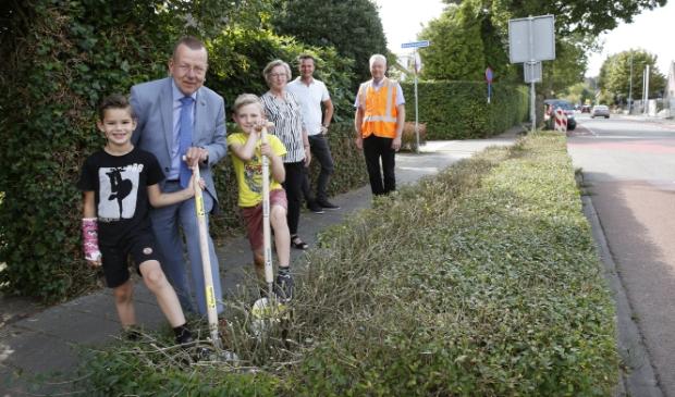 <p>Wethouder Theo Reijn geeft samen met twee kinderen uit Eemnes het startsein voor alle werkzaamheden.</p>