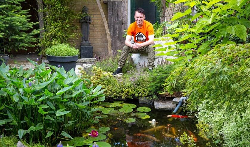 <p>Piet Knook in zijn Japanse tuin achter het huis waar hij blij mee is, maar hij droomt groter.&nbsp;</p>