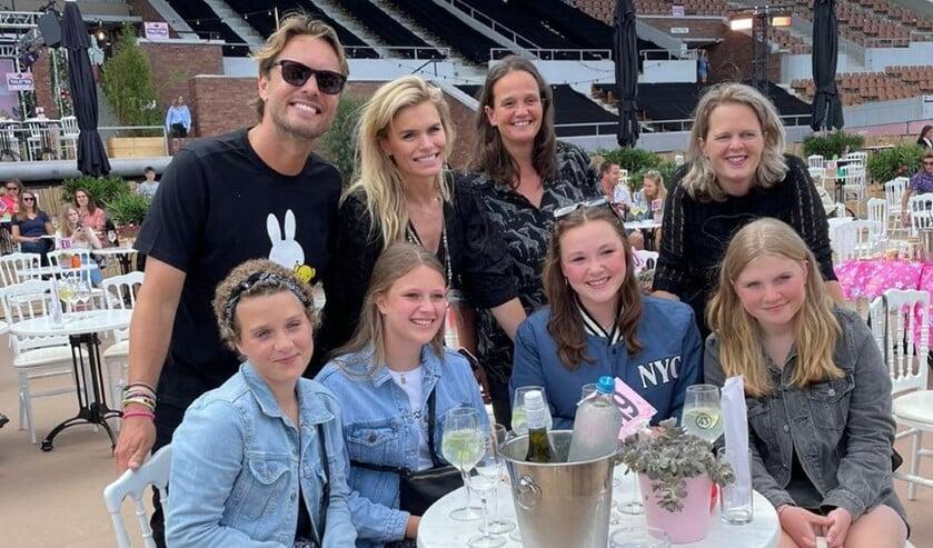 <p>Sanne en haar vriendinnen samen met Bas Smit en Nicolette van Dam van Brasserie van Dam.</p>