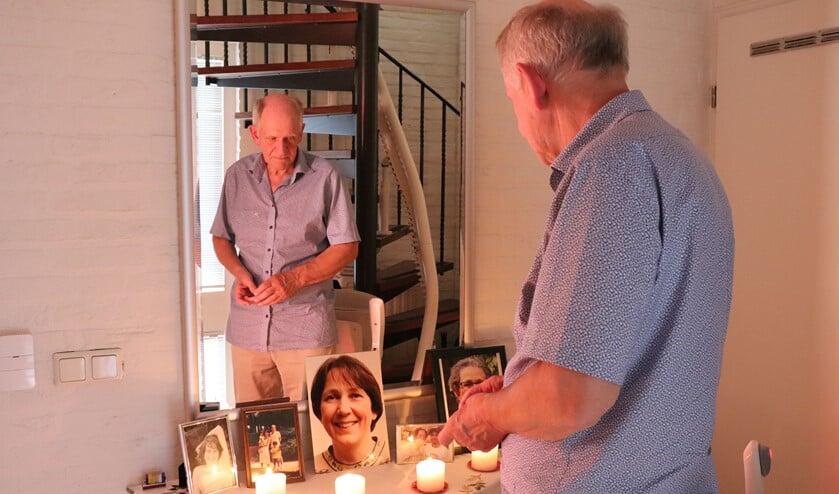 <p>Jacques Mulders bij de foto&#39;s van zijn overleden echtgenote in de hal van zijn huis.&nbsp;</p>