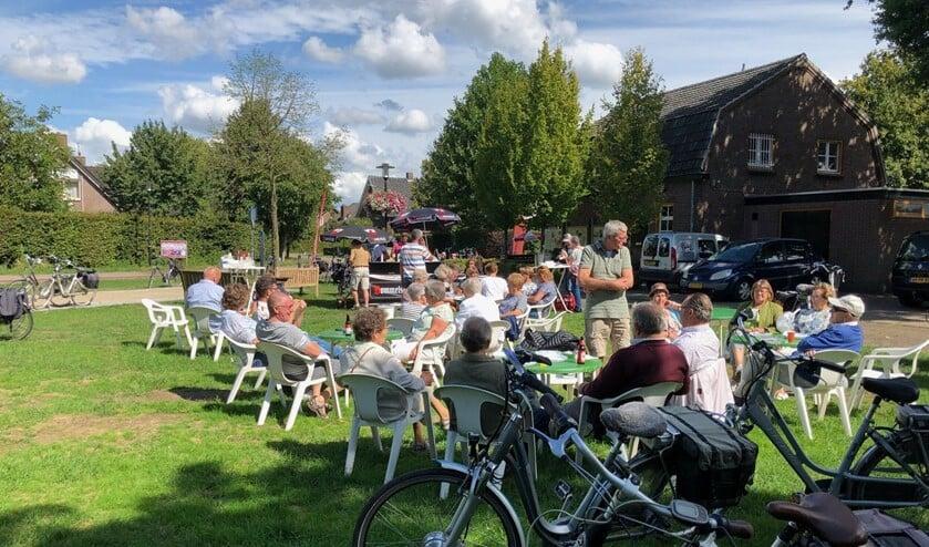 <p>Deelnemers genieten van hun rustpauze tijdens een voorgaande editie van &#39;Vat oewe fiets&#39;.&nbsp;</p>