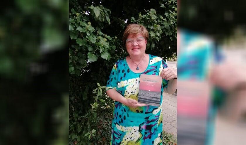 <p>Jeanne Hendriks met haar boek waarin ze haar paranormale ervaringen beschrijft.&nbsp;</p>