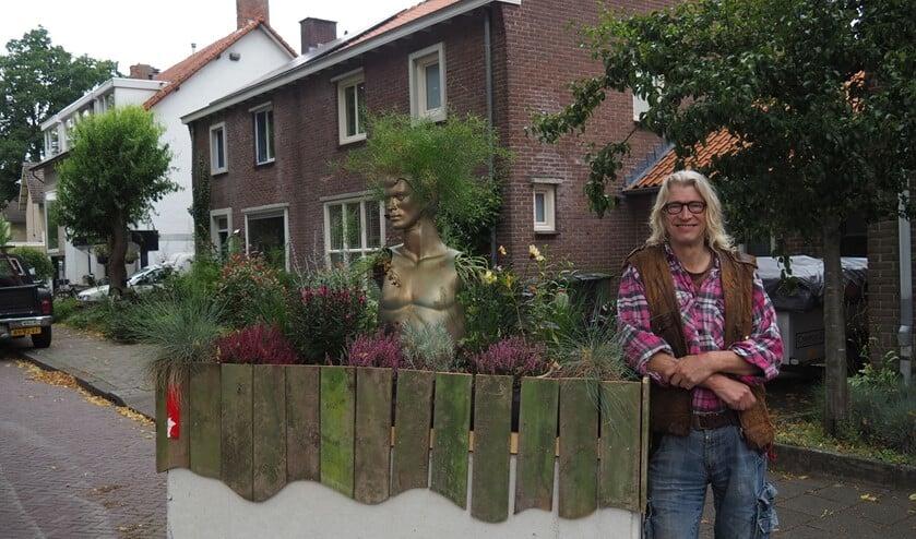 <p>Willem de Zeeuw bij het, tot plantenbak getransformeerde, betonblok. (Foto: Noortje de Vries).</p>