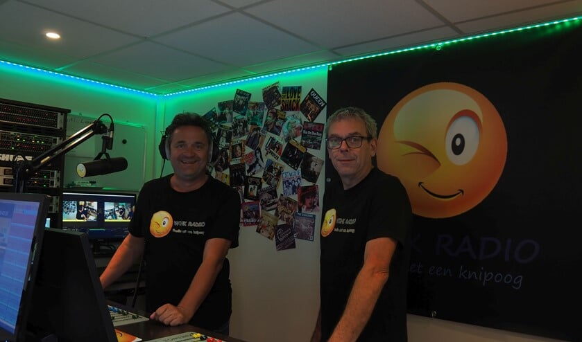 <p>Pieter van der Heijden (l) en Jan Damen in de studio van Wink Radio. (Foto: Noortje de Vries)</p>