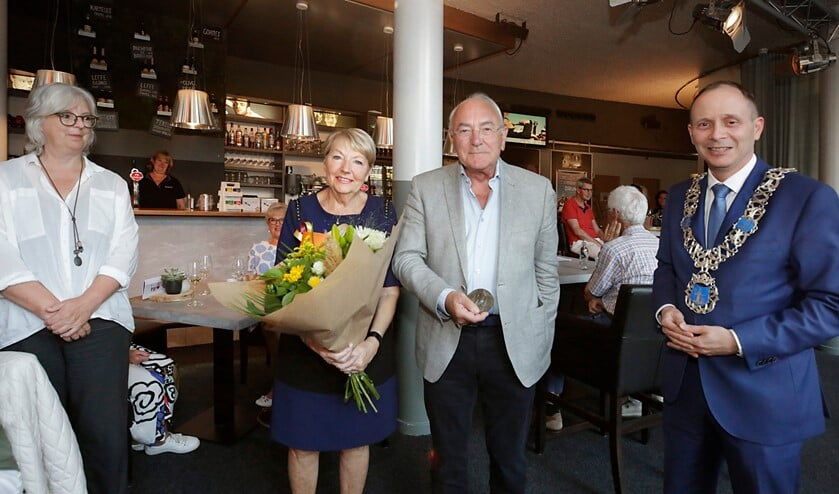 <p>Ben Mondelaers en zijn vrouw (m) ontvangen de erepenning. (Foto: Jurgen van Hoof)</p>