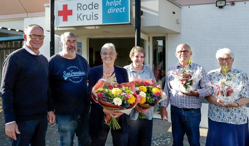 <p>Theo Geldens met jubilarissen Hans Tholen, Gerry Hoeks, Rini Kanters, Gerard Staals en Diny Bevelander. (Foto: Jurgen van Hoof)</p>