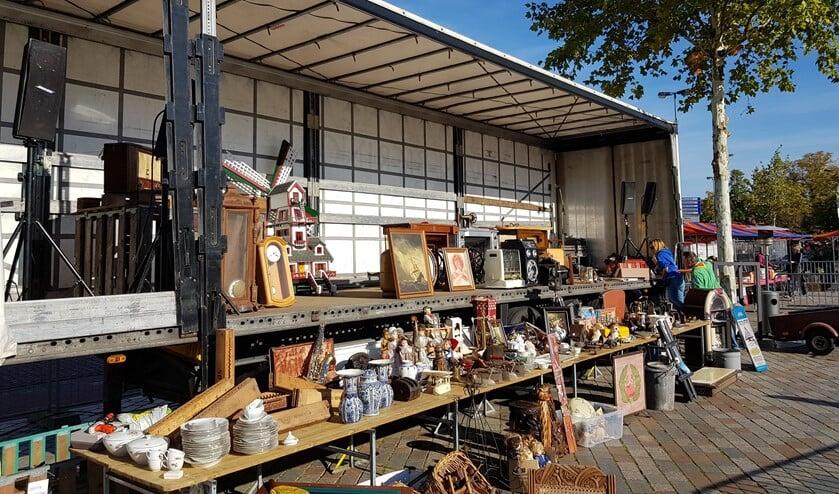 Bij de Scouting Vlooienmarkt worden waardevolle spullen verkocht via een veiling.