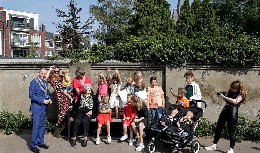 <p>In het bijzijn van haar familie ontving Toos Snellen zaterdag haar bankje van burgemeester Ederveen. (Foto: Jurgen van Hoof)&nbsp;</p>