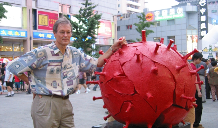 Peter Rottier naast een model van het SARS virus in een winkelstraat in Beijing waar hij in 2003 was voor een WHO meeting.